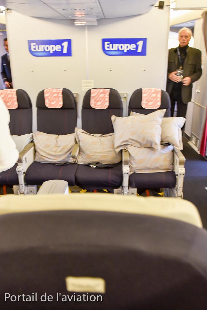 Une partie de la Business a été reconfiguré avec 4 sièges économiques mis face à deux sièges Business afin de permettre à Europe 1 de réaliser une émission durant ce vol.
