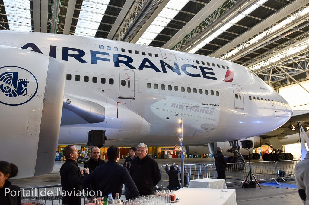 Nous sommes accueilis pour un pot au pied du troisème et dernier B747 d'Air France dans les locaux d'Air France Industrie.