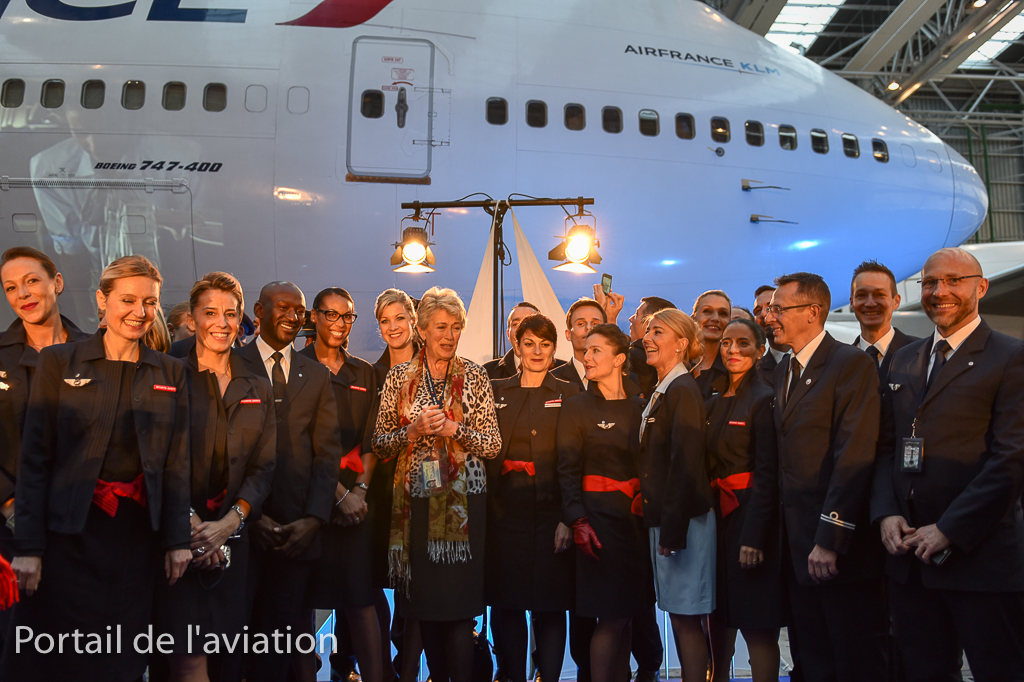 Photo de famille du dernier équipage sur 747, celui du vol AF747 avec au centre Jacqueline Pagot, premiere hotesse B747