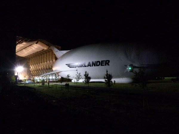 Sortie en pleine nuit de l'Airlander 10, Crédit HAV