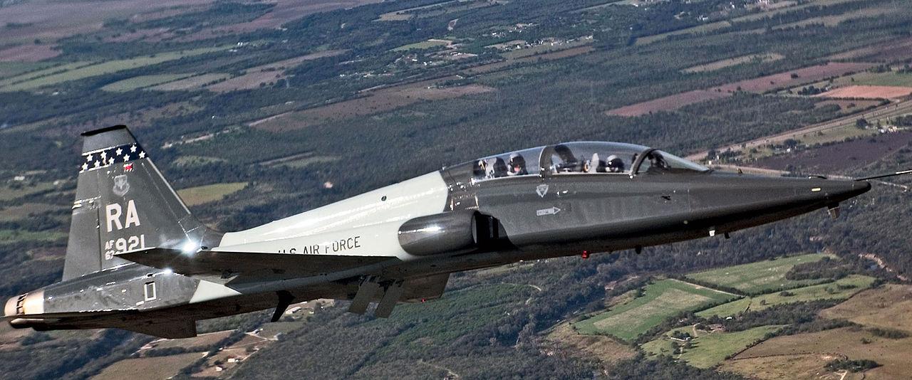 La disposition générale du Model 400 évoque très nettement celle du T-38 Talon qu'il est sensé remplacer. (Photo Lance Cheung-USAF)