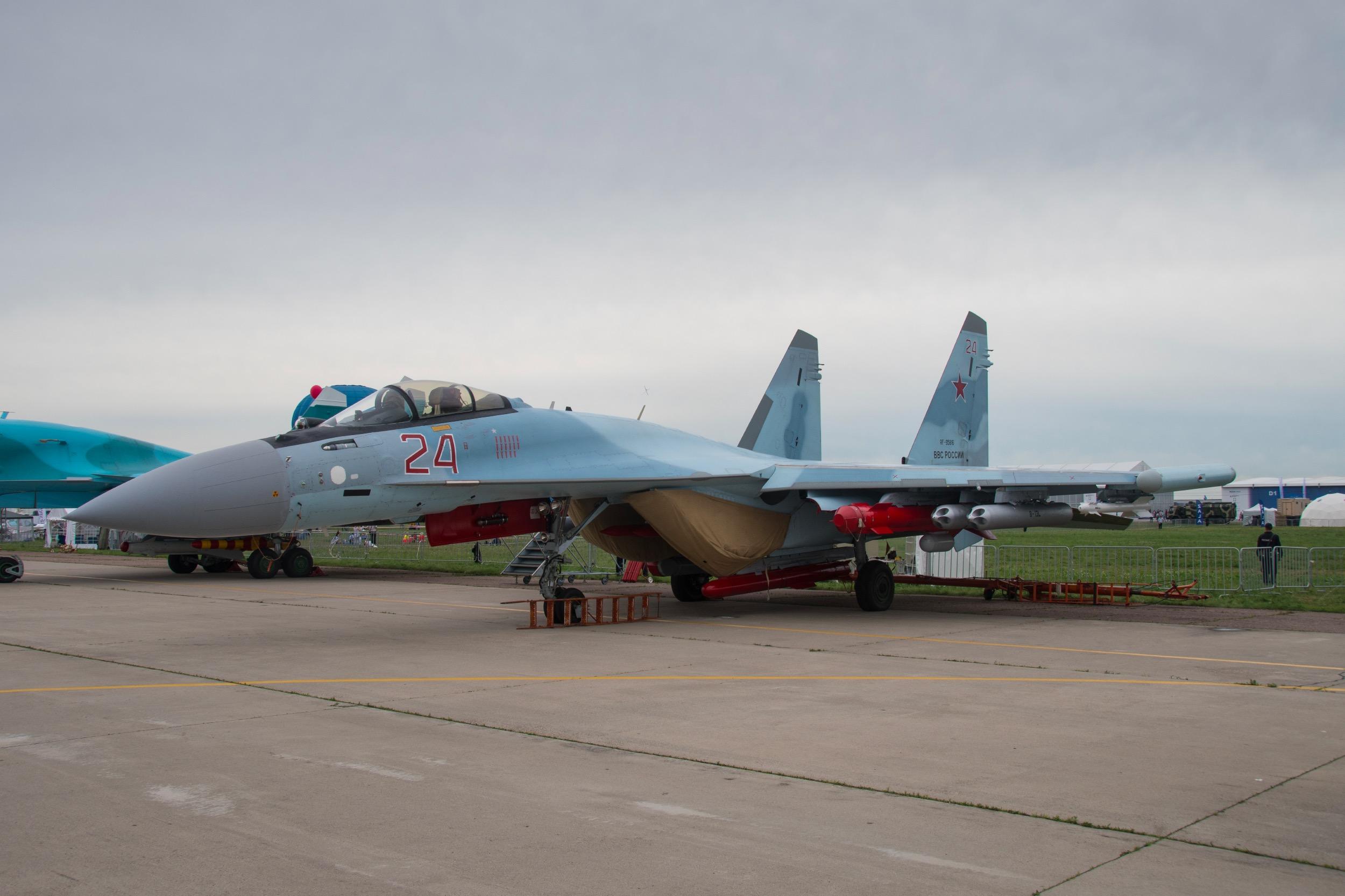 """Sukhoi Su-35 """"Flanker E"""" , 24 rouge, avec des missiles Kh35 et Kh38"""