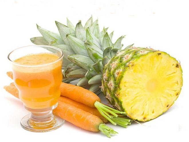 Uma xícara de chá de abacaxi em cubos, uma cenoura, uma xícara de chá de talos de erva doce, um suco de limão e raspas da casca. Use água de coco para ficar mais gostos e bata tudo no liquidificador.