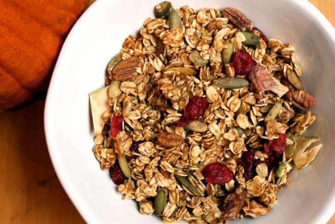 """Alimentos ricos em fibras são os grandes responsáveis em fazer o organismo funcionar, pois eles auxiliam no movimento peristáltico dos intestinos. Entre os mais fibrosos, estão a famosa granola, a chia e a linhaça. A sua eficiência baseia-se no fato de que eles """"sugam"""" as gorduras e o carboidrato, eliminando-os através da evacuação"""