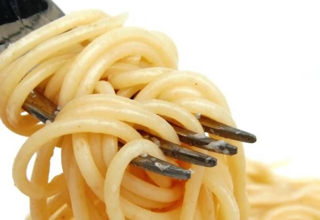 Carboidratos, gordura, glúten e açúcar, se consumidos à noite, vão diretamente alimentar o seu pneu incômodo. Esses alimentos devem ser consumidos com muita parcimônia