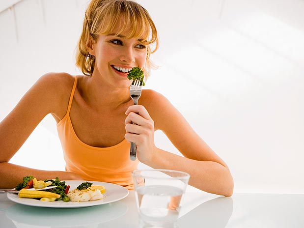 Uma boa dica para comer menos é diminuir os intervalos entre as refeições. Se o tempo entre duas refeições é longo, você corre mais o risco de se empanturrar de comida. Longos períodos sem comer também deixam o organismo mais lento.