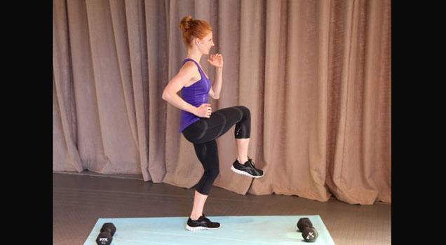 Correr é das atividades que mais queimam calorias. Mas, se você não tem uma esteira em casa, corra no mesmo lugar elevando bastante os joelhos. A sua resistência vai aumentar, os músculos irão se fortalecer e o bumbum vai ficar durinho.