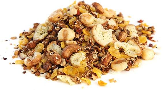 Esse mix de cereais, castanhas e frutas secas tem muita fibras e proporcionam energia. Mas, como muitos contêm açúca, é melhor você investir na versão light. Recomenda-se a ingestão diária de 25 gramas, de preferência no café da manhã para gastar as calorias consumidas durante o dia.