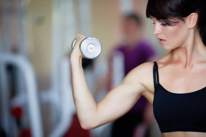 Exercícios de alta intensidade são diferentes dos treinos clássicos aeróbicos pela rapidez e agilidade exigidas. As sequências intercalam atividades aeróbicas com musculação, o que é bem eficiente pra queimar a barriga e tonificar o abdome.