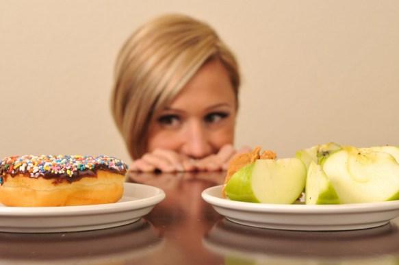 É um ingrediente fundamental para quem não resiste a uma guloseima ou sofre de diabetes. O óleo ajuda a manter estáveis os níveis de açúcar no sangue e desestimula a liberação de insulina, o que faz diminuir a compulsão por carboidratos. O óleo de coco favorece a entrada de insulina nas células, normalizando a taxa de açúcar no sangue.
