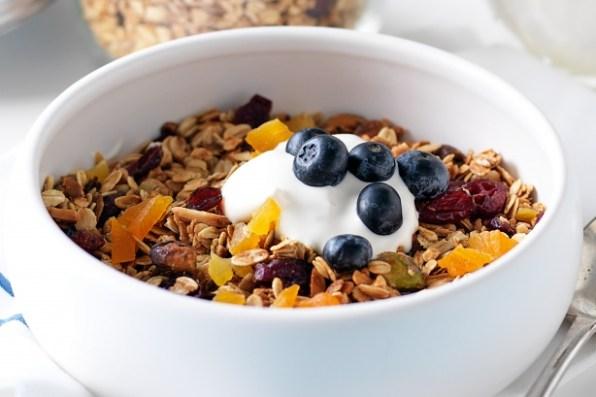 É um mix de cereais com frutos secos com muito mais nutrientes que os cereais puros. O ideal é consumir a versão sem açúcar, até porque as frutas já são doces. É diferente da granol porque possui muitos cereais crus.