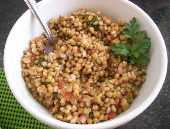 O grão do trigo, ao contrário dos cereais refinados, mantem o germe e o farelo. Para disfarçar um pouco o gosto do trigo integral, que é meio amargo, você pode fazer uma salada com outros vegetais ou misturá-lo a frutas ou iogurte.