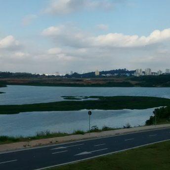 A lagoa de Carapicuíba, atualmente é um lago raso com no máximo 3 m de profundidade, para garantir vida em suas águas e um espelho d'água de 200 mil m², um terço do tamanho original (Foto: Arquivo CNC)