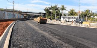 Apesar da pandemia, a Prefeitura de Carapicuíba segue com as obras de melhorias do trânsito da cidade e avança na construção do novo Sistema Viário Central.
