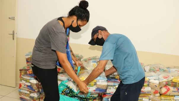Prefeitura distribui Kit Merenda e apostilas com atividades aos alunos da rede municipal de ensino