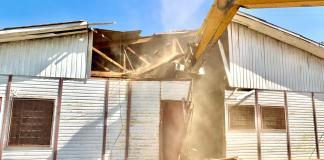 Escola de madeira em Itapevi é demolida