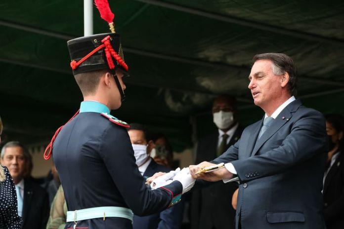 O presidente da República, Jair Bolsonaro, entrega de Espadim ao cadete Pedro Henrique Conegatto do Amaral, primeiro colocado da Turma Bicentenário do General João Manoel Menna Barreto.