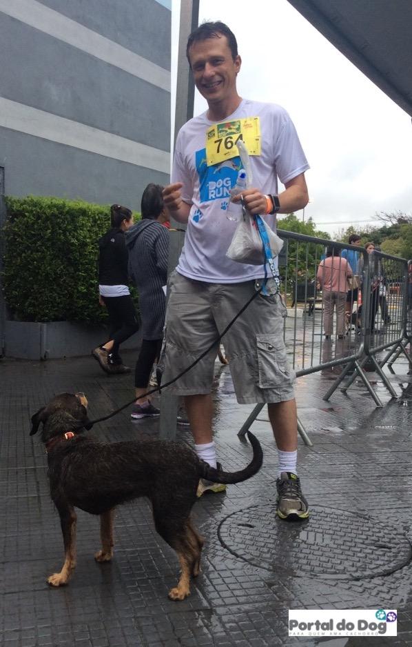Dr. Pet e a cachorra Estopinha terminaram a corrida ensopados por causa da chuva.