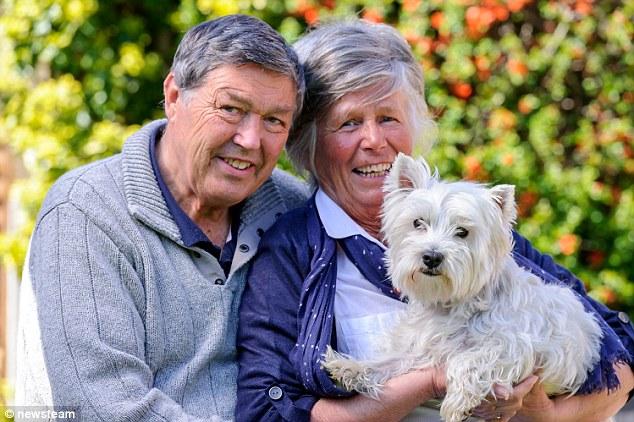 Dave Rickard e Brenda com a cachorra Dayse. (Foto: Reprodução / Daily Mail UK)