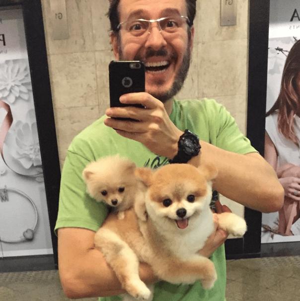 Celso Zucatelli com seus cachorros Paçoca (o maior) e Tapioca (a menor). (Foto: Reprodução / Instagram)