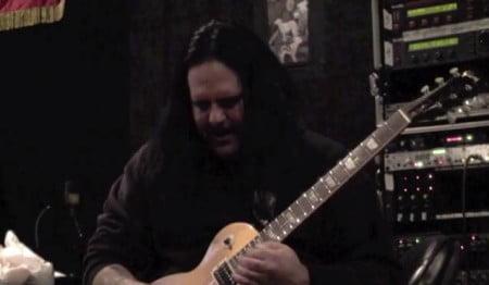 """O guitarrista Marc Scaccia durante as sessões para gravação de """"Slaves to the Grave"""""""