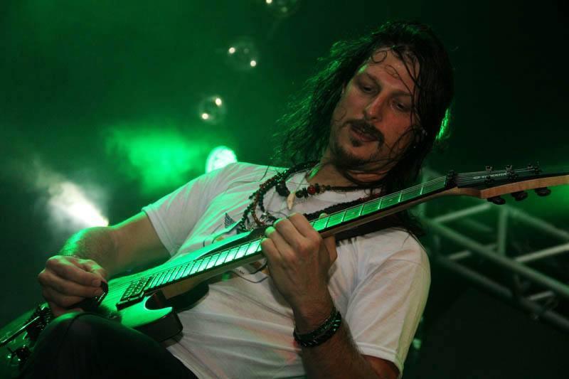 """Rafael Bittencourt: guitarrista do Angra conta histórias inéditas sobre """"Holy Land"""" nesta quinta-feira na Rock Freeday"""