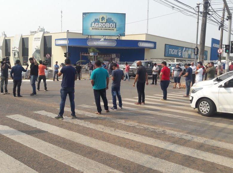 Após agressão de Taxista, Ubers fecham rua da capital