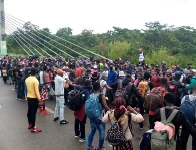 Haitianos fazem protesto na Ponte da Amizade para deixar o Brasil e ingressar no Peru