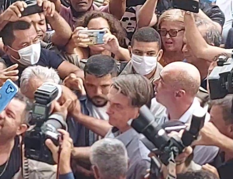 Bolsonaro aglomera em estádio de futebol e tira moral de Gladson para adotar medidas mais rigorosas contra a Covid-19