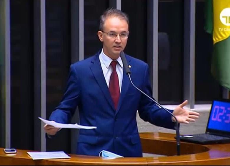 Leo de Brito aprova requerimento na CFFC para que ministro explique denúncias de tráfico de influência contra filho mais novo de Bolsonaro
