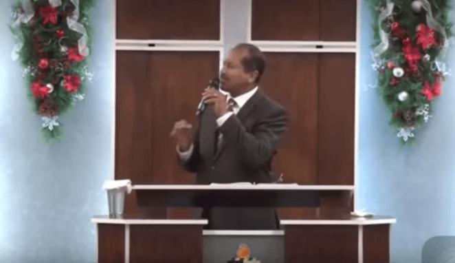 Pastor solta palavrão em culto e choca.