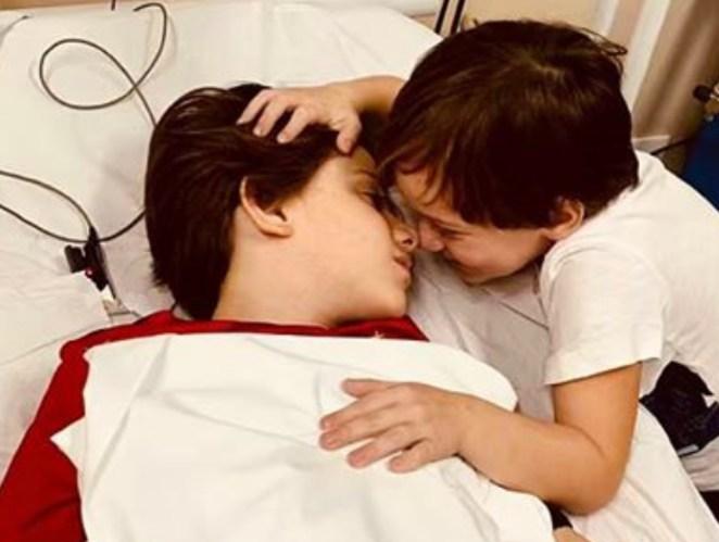 Tito Valadão é filho da cantora gospel Mariana Valadão. Na foto, ele é consolado pelo irmão mais novo.