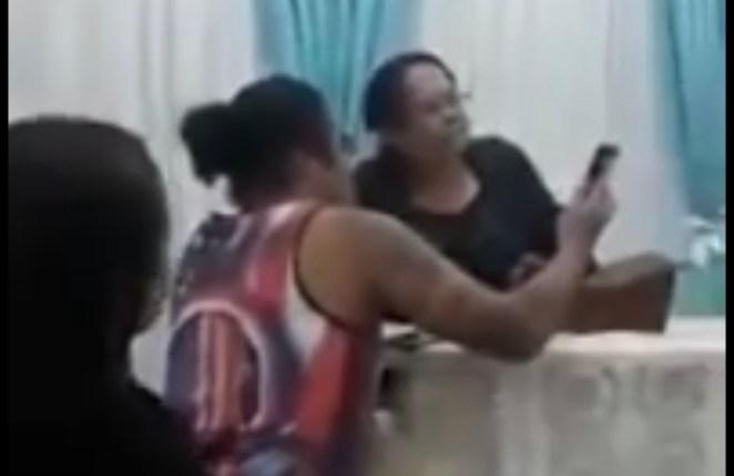 Pastora é envergonhada em culto evangélico após furto de celular.