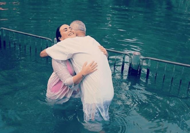 Cantora Demi Lovato se batiza no Rio Jordão.