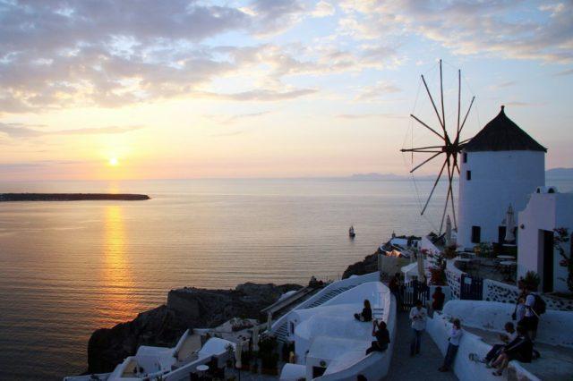 tramonto a Santorini pieno di gente