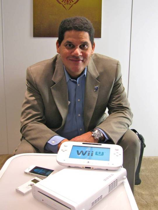 Reggie posando com o Wii U em entrevista ao Pablo Miyazawa