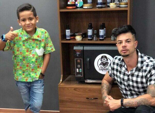 Miguel Morais com o barbeiro Flávio Rodrigues Oliveira ( Fotos / Ag Cintra Divulgação )
