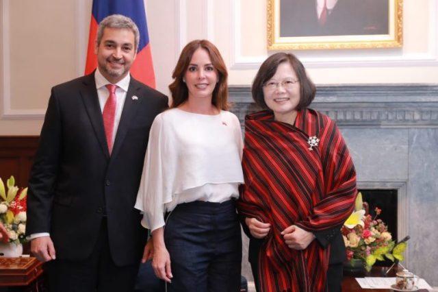 Silvana Abdo regaló un Poncho Para'i a la Presidenta de Taiwan