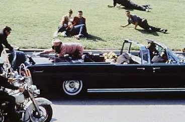 Kennedy fue asesinado por el Agente William Greer, que conducía el automóvil descapotable
