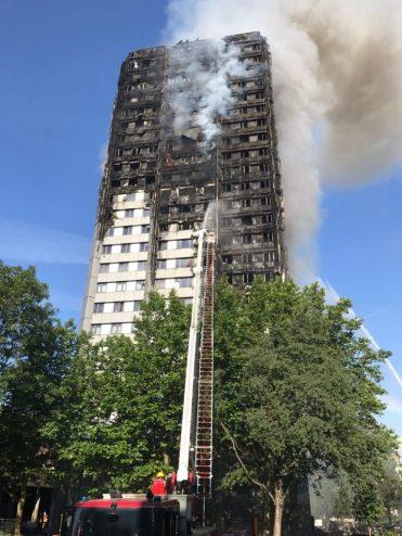 14/6/2017- Londres, Inglaterra_ Incêndio atinge edifício de 27 andares e 120 apartamentos em Latimer Road, oeste de Londres. Foto: London Fire Brigade