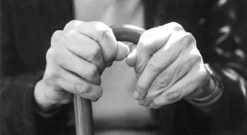 Dores nas costas podem ser sintomas de osteoporose