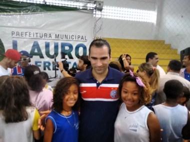 Jogadores do Bahia doam cestas básicas aos desabrigados