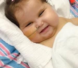 Bebê que recebeu cinco órgãos deixa hospital