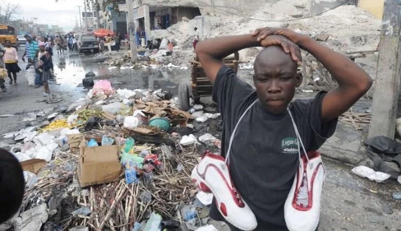 Haitianos enfrentam a fome e a cólera