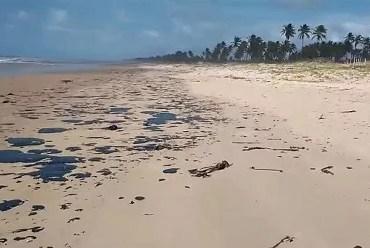 Manchas de óleo chegam nas praias da Bahia