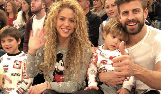 Piqué e Shakira aparecem juntos com os filhos em partida da NBA