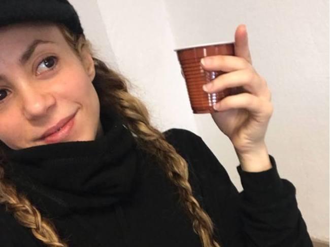 Shakira posta foto em cafeteria da escola de seus filhos