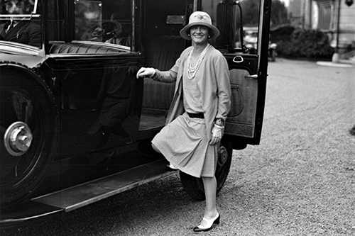 Coco Chanel usando cardigã