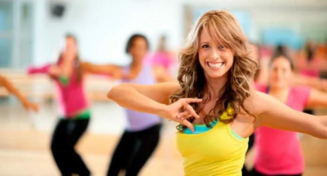 mulher dando aula de dança na academia