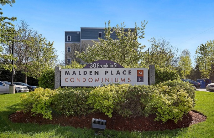 Bright & Airy Top Floor 2BR in Malden